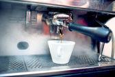 Cafetera espresso cafetera fresco, bio en restaurante — Foto de Stock