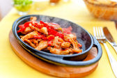 Chicken fajita smoking hot served on iron plate and fresh vegetables — Stock Photo