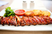 Main dish - pork ribs and barbeque sauce with parsley and bread — Stock Photo