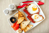 Healthy breakfast with eggs, bacon, sausages, toast bread and mushrooms — Stock Photo