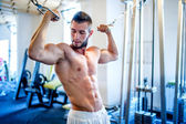 Trainer, bodybuilder working out the biceps and the abs in gym on a daily workout routine — Stock Photo