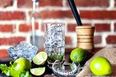 Cocktail no bar, bebida alcoólica fresca com limão e gelo — Fotografia Stock