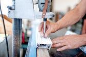 рабочий и домашний мастер, используя промышленный инструмент для ввинчивания в металл и пластик. промышленные фрезерование металла и производство стали — Стоковое фото
