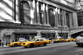 New York central station and the taxi — Stock Photo