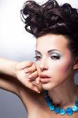 Stijlvolle jonge schoonheid op zoek. glamour en luxe — Stockfoto