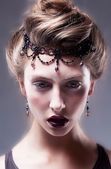 Mujer hermosa de la manera con los accesorios en la cabeza — Foto de Stock