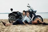 Coppia di riposo sulla spiaggia - destinazione di viaggio — Foto Stock