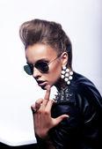 Donna scortese in occhiali da sole che indica il dito - segno di cazzo — Foto Stock