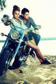 L'amour heureux jeune couple sur scooter appréciant - voyager — Photo