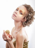Weiblich - vergoldet schönheit golden make-up. luxus lockiges haar — Stockfoto
