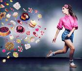 útěk. rezolutní běžící žena odmítá jíst chutné dorty a čokoládu. koncept stravy — Stock fotografie