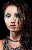 Güzel bir yüzü ve ıslak saç genç kadın portresi — Stok fotoğraf