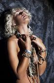 Seins nus de jeune femme blonde avec collier en rêvant de pose érotique — Photo