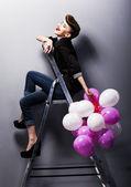 Oldukça neşeli moda retro genç kız merdivene gülüyor — Stok fotoğraf