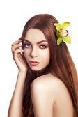 Güzel esmer kız. orkide çiçek sağlıklı uzun saçlı — Stok fotoğraf