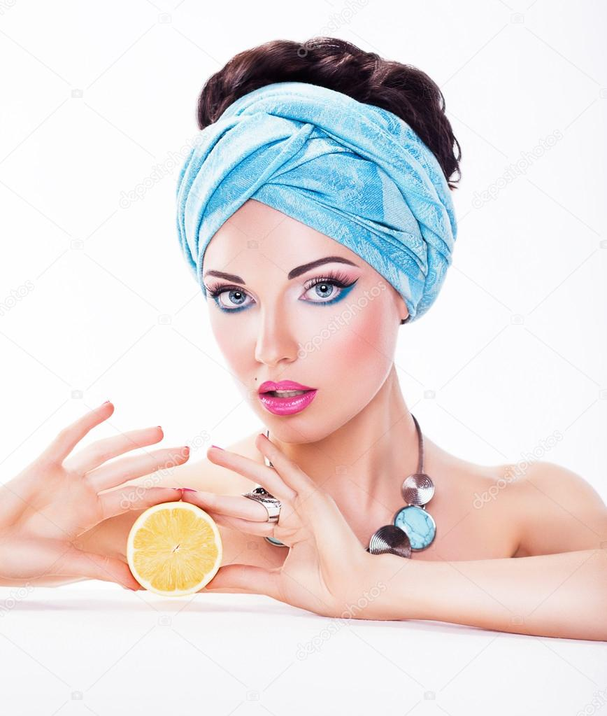 Beauty girl Holding a Juicy Fruit - Diet and Calories concept — Stock Photo #16795939