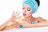 Beauty Woman Holding a Fresh Lemon in Hands - Clean Healthy Skin — Stock Photo