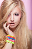 Chica hermosa joven belleza brillante con la colorida pulsera — Foto de Stock