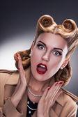 Compras - sorprendió a los compradores mujer retro — Foto de Stock