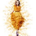 Şık modern sarı elbiseli vernal zarif zarif parlak kadın — Stok fotoğraf