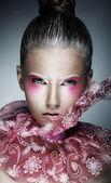 Stijlvolle vrouw met creatieve gezicht - kunst. heldere paarse make-up — Stockfoto