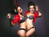 Bdsm. brincalhão mulheres em trajes sexy com chicote — Foto Stock