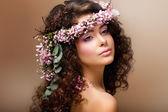 Nymphe. adorable brunette sensuel avec guirlande de fleurs ressemble à ange — Photo