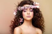 Zuiverheid. versheid. maagdelijkheid. aantrekkelijke charmante vrouw met kroezend haren — Stockfoto
