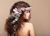 профиль женщины с красочными венок из цветов. день святого валентина — Стоковое фото