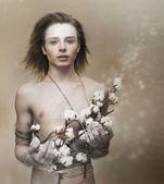 Slabost. romantický mladý muž dává dárek - květiny. náklonnost — Stock fotografie