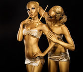 Body Art. Woman painting Body with Paint Brush in Golden Color. Gold Make Up — Stock Photo