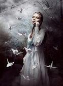 夜。神秘森林推出手工纸鹤的女人。折纸 — 图库照片