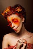 Grimas. humoristische grappige vrouw met bloemen plezier. theatrale stijl — Stockfoto
