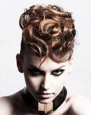 Sottocultura. faccia di brunetta alla moda glamour. espressione — Foto Stock