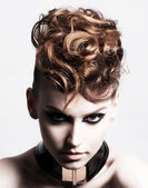 Subkultur. ansikte av glamorösa trendiga brunett. uttryck — Stockfoto
