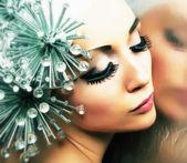 謎。派手なメタリックヘアスタイルを持つ女性を空想。ファンタジー&未来 — ストック写真