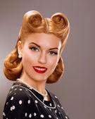 Nostalgi. stylad leende kvinna med retro gyllene hår stil. adeln — Stockfoto
