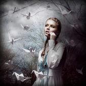 Source d'inspiration. femme avec origami blanc volant cygnes dans la sombre forêt mystique — Photo