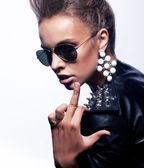 Aggressione. rocker scortese donna pazza mostrando il suo dito medio - cazzo segno. concetto di provocazione — Foto Stock