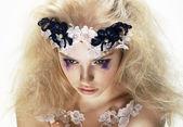 Enigma. bovenaanzicht van ongebruikelijke artistieke trendy blonde vrouw. creativiteit — Stockfoto