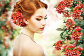 Gevşeme. kızıl saçlı güzellik doğal çiçek arka plan üzerinde profil. doğa. çiçeği — Stok fotoğraf