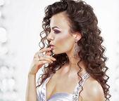 Klassische, elegante Frau mit Schmuck - Platin-Ring und Ohrringe. krauses Frisur — Stockfoto