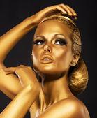 反思。明亮的金妆的光泽女人的画像。青铜 bodypaint — 图库照片