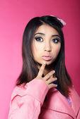 Aantrekkelijkheid. portret van aziatische brunette met grote verrast ogen — Stockfoto