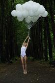 Fantaisie. femme svelte nostalgique avec des ballons à air chaud sur la route de campagne — Photo