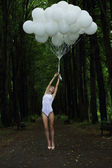 Fantasie. nostalgische schlank frau mit ballons auf landstraße — Stockfoto