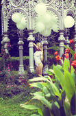 Sentyment. piękna blondynka zrelaksowany gospodarstwa balony powietrza w ogrodzie — Zdjęcie stockowe