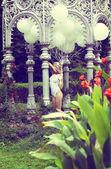 情绪。在花园里举行气球美丽轻松的金发 — 图库照片