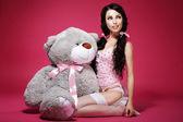 情绪。情人节。年轻女子坐在柔软的玩具。淫荡 — 图库照片