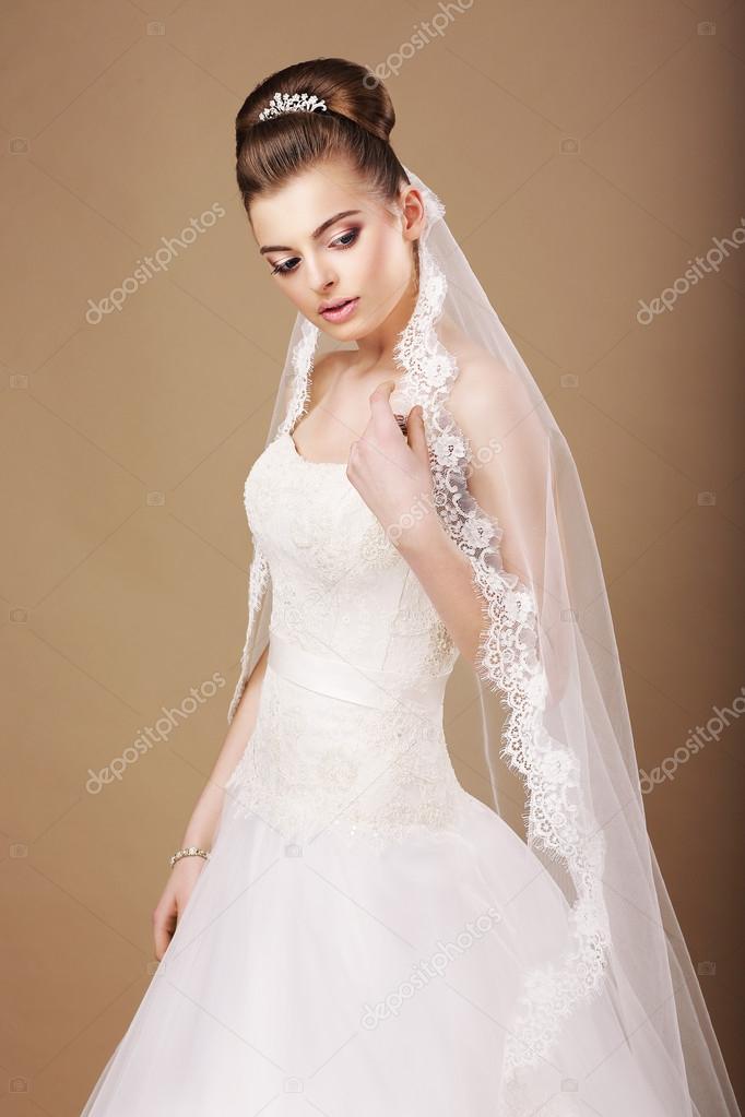 невеста в ажурном платье